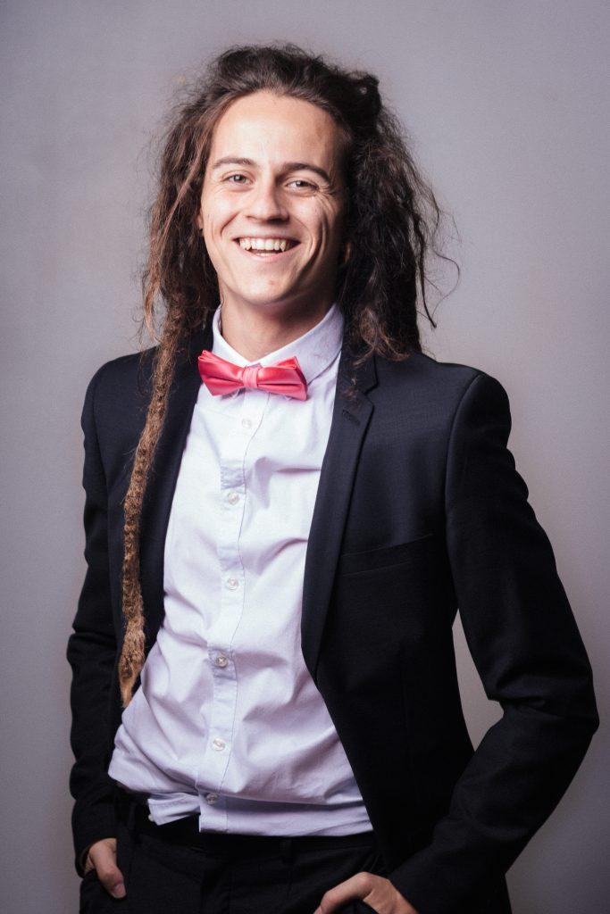 Elouen rire dreads et costume