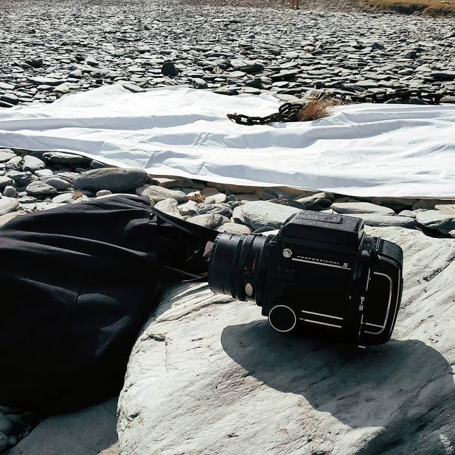 Photo Backstage: un Hasselblad sur une plage de Galet à Cadaqués