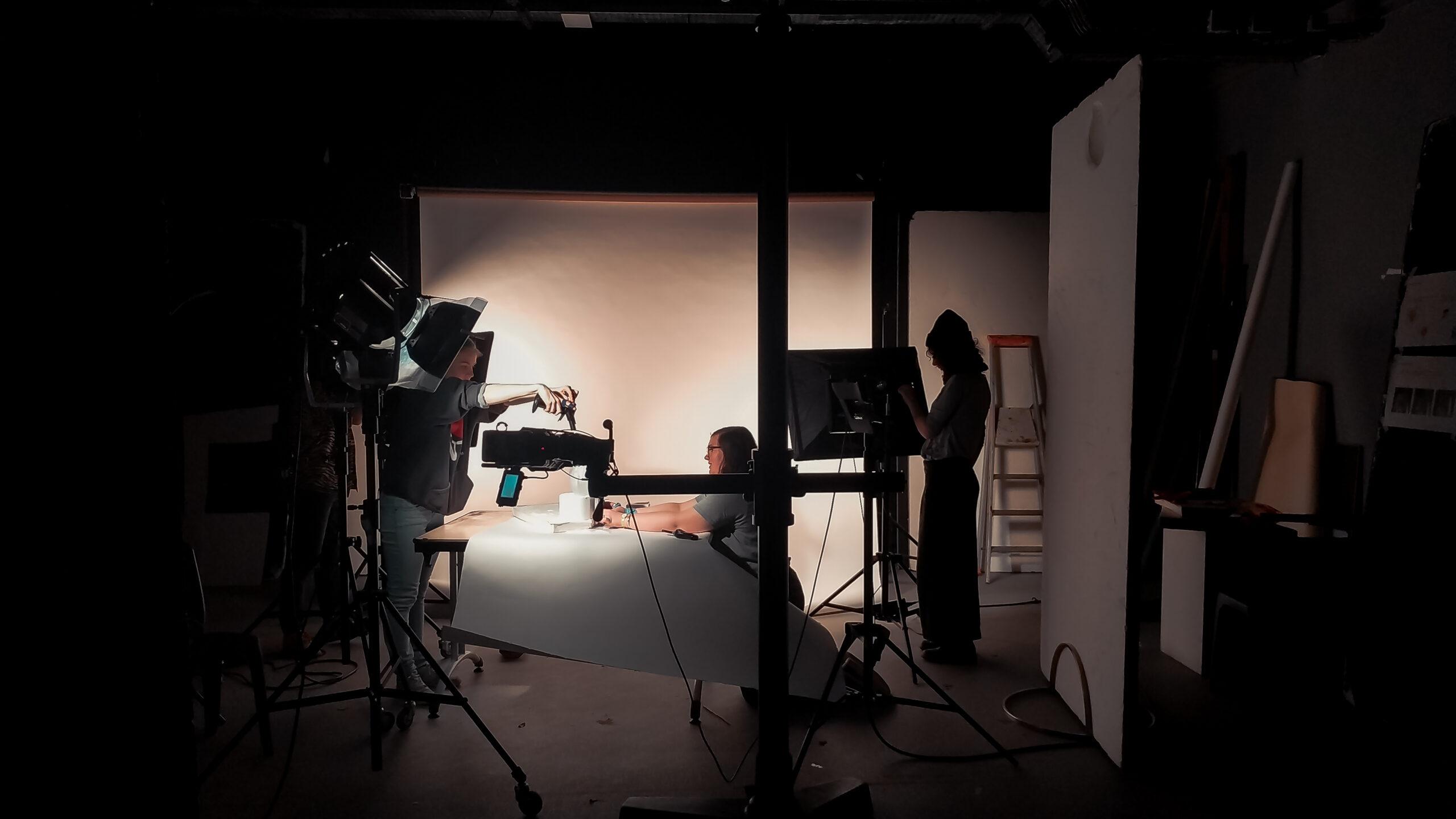 trois élèves de gobelins en studio: formations photo