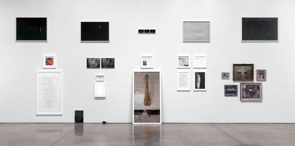 Sophie Calle, photographe plasticienne : vue de l'exposition Absence à la Paula Cooper Gallery en 2013